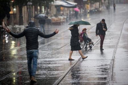 المشي تحت المطر